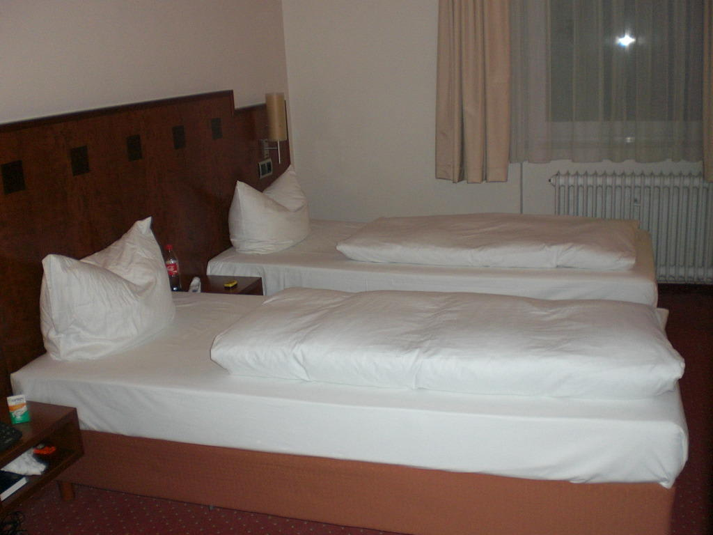 bild betten im zimmer 103 zu hotel st annen in hamburg. Black Bedroom Furniture Sets. Home Design Ideas