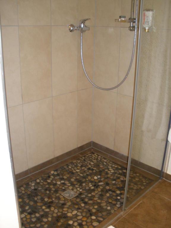 bild dusche mit kieselsteinboden sehr angenehm zu. Black Bedroom Furniture Sets. Home Design Ideas