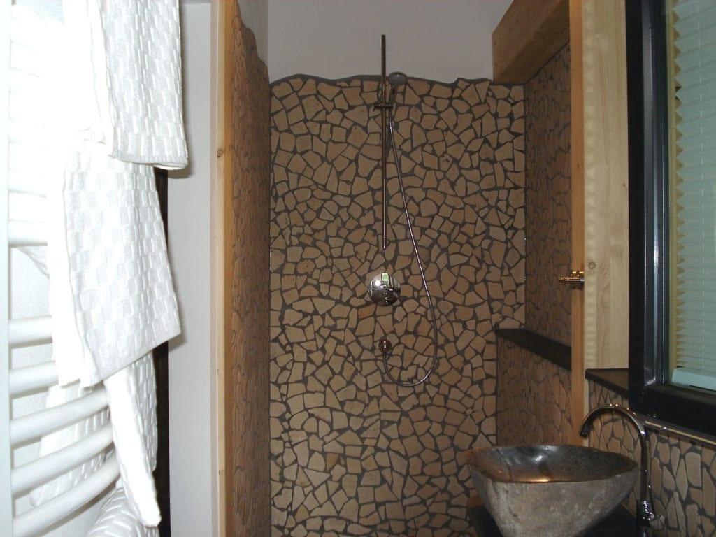 dusche und wc in naturstein. Black Bedroom Furniture Sets. Home Design Ideas