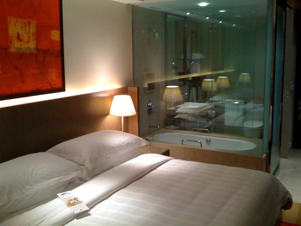 """Bild """"Glaswand zum Bad"""" zu Hotel Trident, Nariman Point Mumbai in Bombay/Mumbai"""