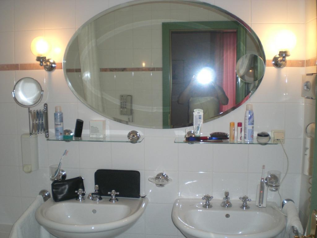 bild luxus badezimmer zu schlosshotel krumbach in krumbach. Black Bedroom Furniture Sets. Home Design Ideas