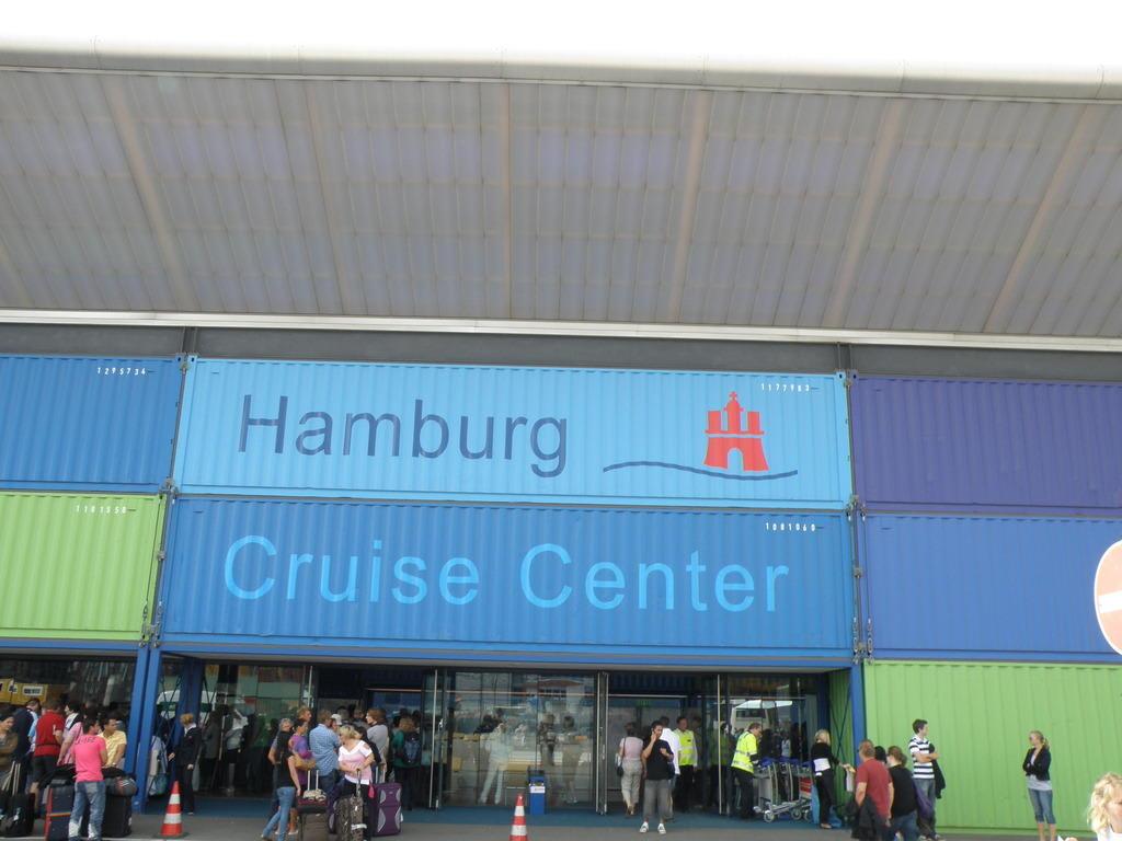 bild von bord gehen in hamburg cruise center zu cruise center kreuzfahrt terminal in hamburg. Black Bedroom Furniture Sets. Home Design Ideas