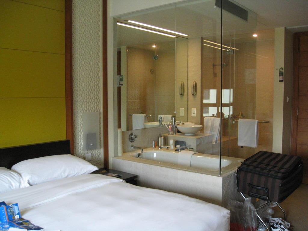 Bild badezimmer aus glas zu vida hotel downtown dubai in for Hotel badezimmer design