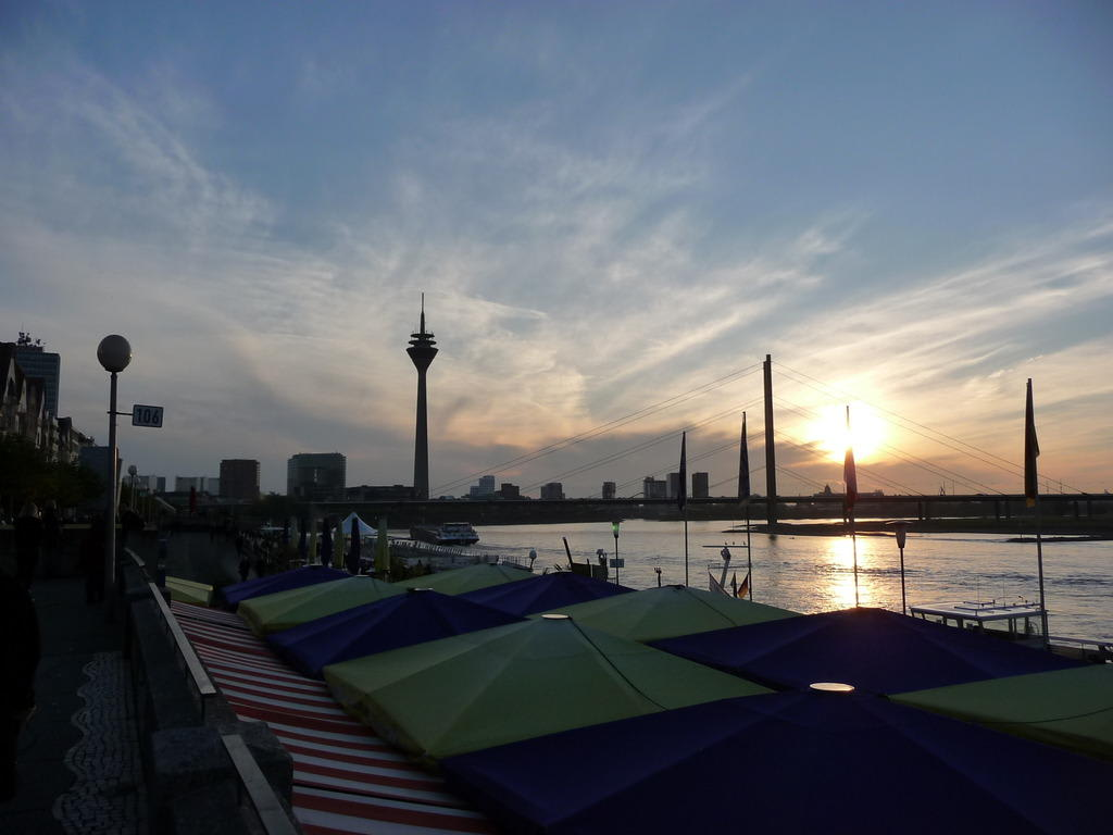 bild d sseldorf abends am rhein zu uferpromenade d sseldorf in d sseldorf. Black Bedroom Furniture Sets. Home Design Ideas