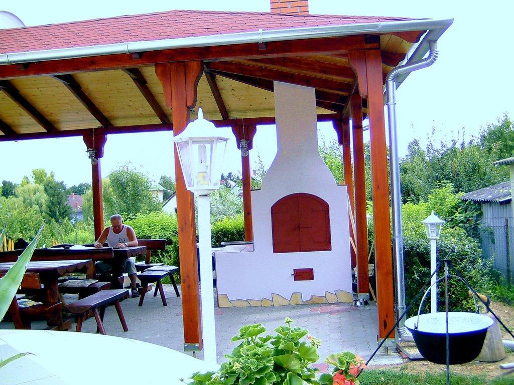 bild terrasse mit ofen zu haus marika in siofok. Black Bedroom Furniture Sets. Home Design Ideas