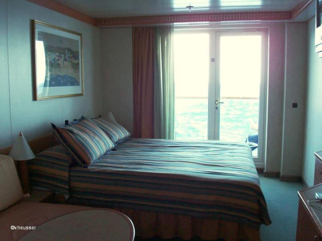 bild kabine mit balkon auf der costa mediterranea zu. Black Bedroom Furniture Sets. Home Design Ideas