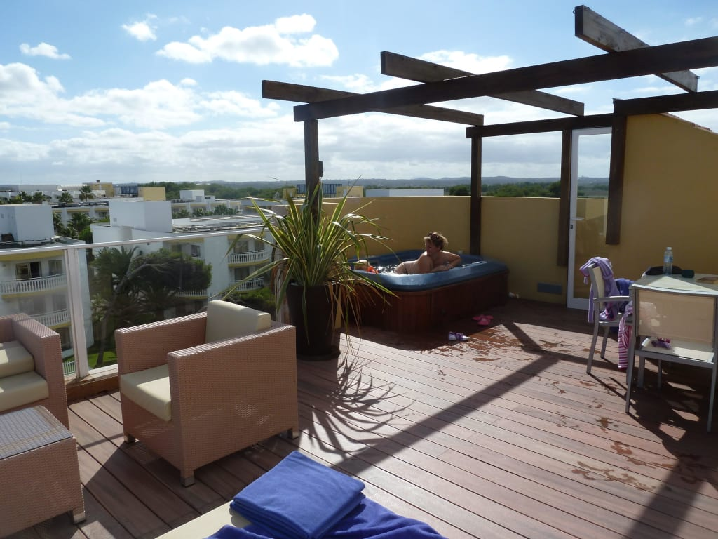 bild dachterrasse mit whirlpool zu hotel viva bahia in. Black Bedroom Furniture Sets. Home Design Ideas