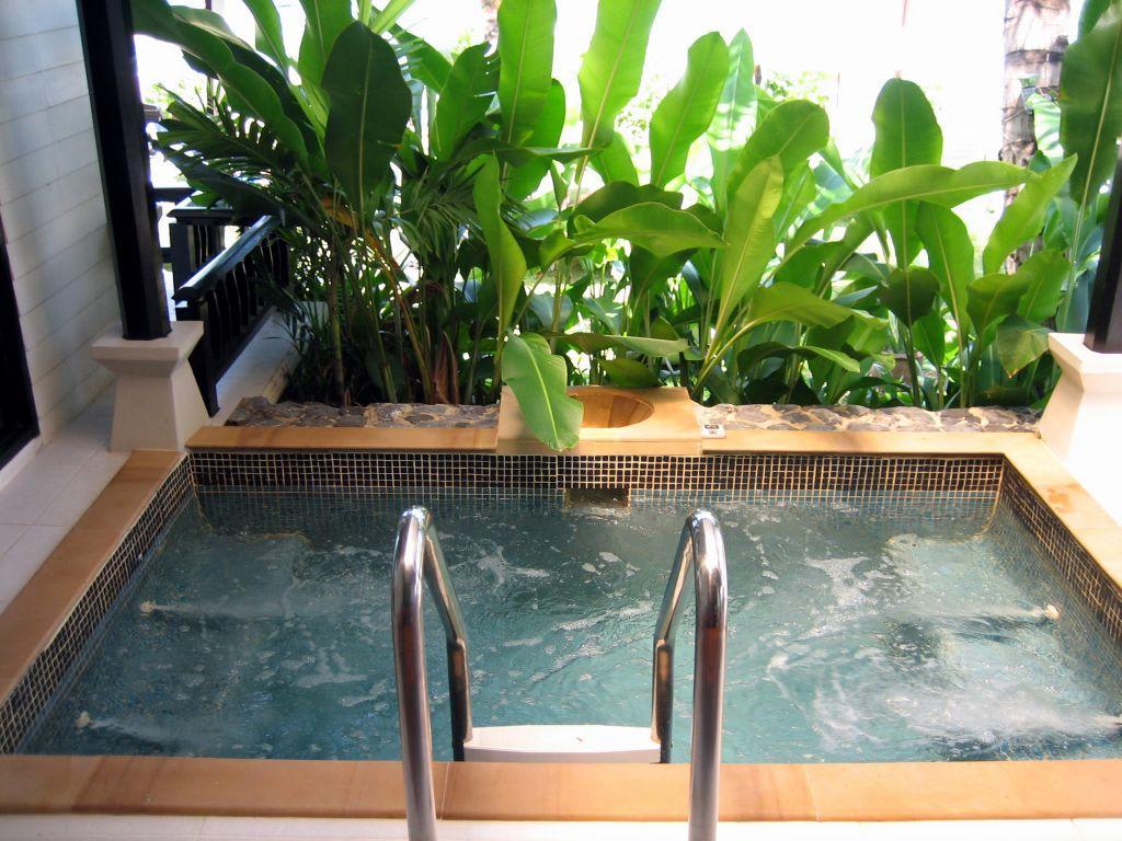 bild jacuzzi auf der terrasse der jacuzzi villa zu la flora resort spa in bang niang beach. Black Bedroom Furniture Sets. Home Design Ideas