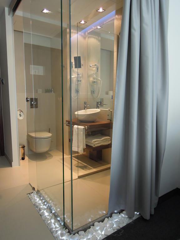 bild offene dusche zu hotel puro in wroclaw breslau. Black Bedroom Furniture Sets. Home Design Ideas