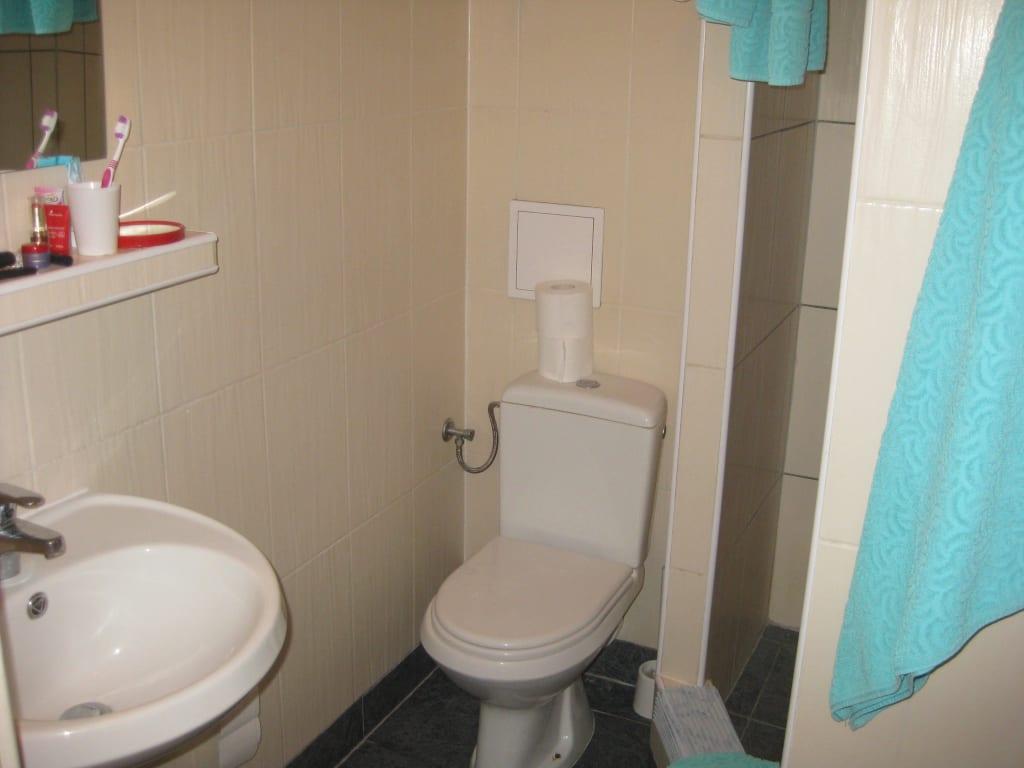 bild mini waschbecken im mini bad zu hotel alga in swinoujscie swinem nde. Black Bedroom Furniture Sets. Home Design Ideas
