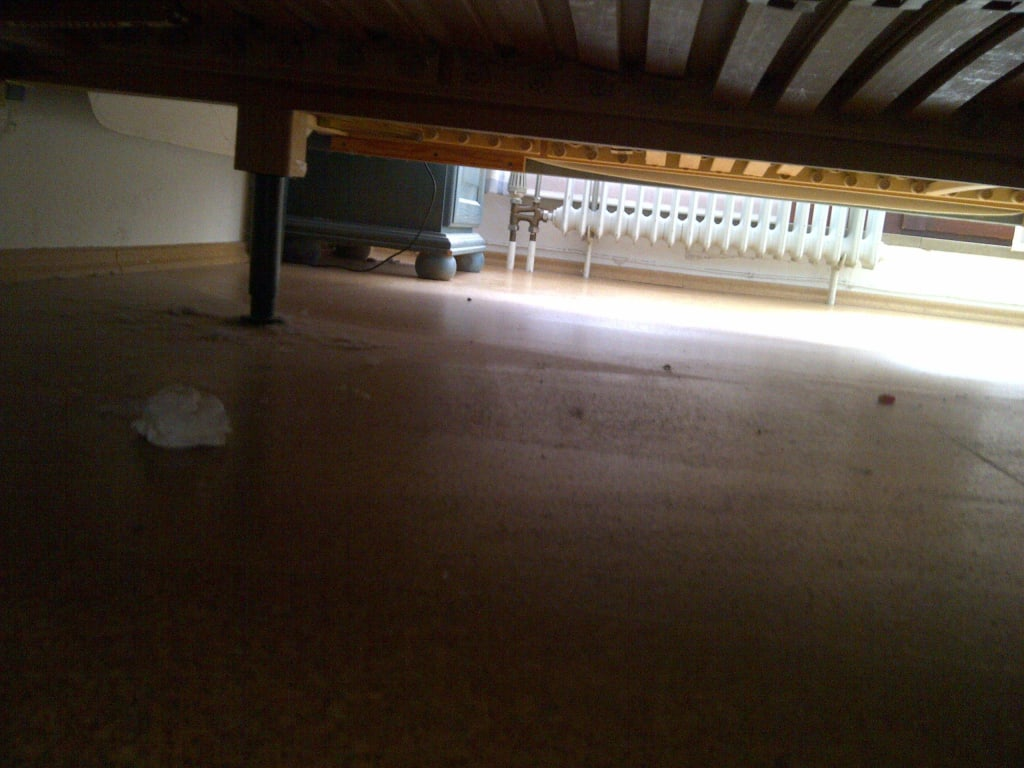 Bild Blick unters Bett zu Pension Bayreuther Tor in