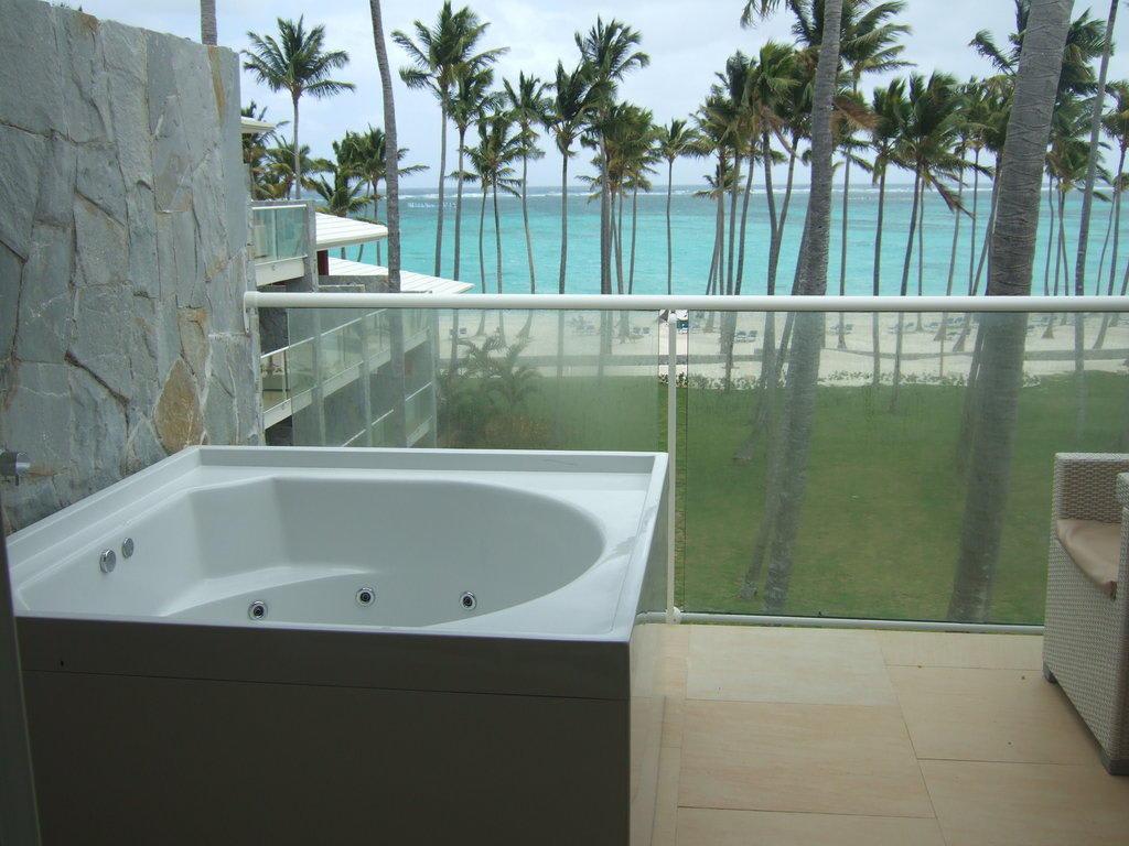 bild whirlpool auf dem balkon zu barcel hotel b varo palace deluxe in bavaro. Black Bedroom Furniture Sets. Home Design Ideas