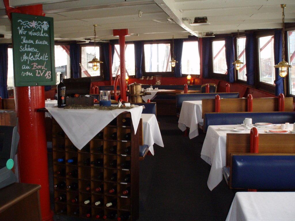 bild das restaurant zu hotel feuerschiff im city sporthafen in hamburg. Black Bedroom Furniture Sets. Home Design Ideas