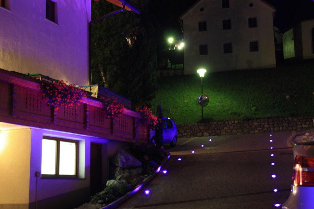 bild beleuchtete einfahrt zur garage zu b renhotel in olang valdaora. Black Bedroom Furniture Sets. Home Design Ideas