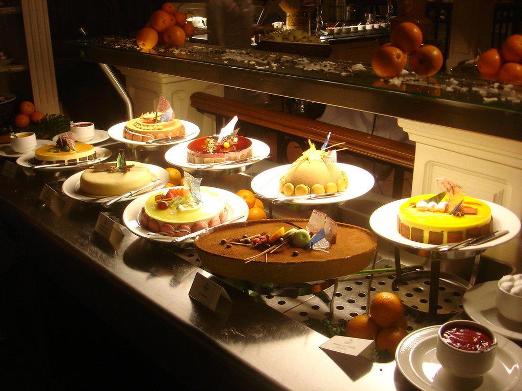 bild das kuchen buffet am samstag zu hotel the hilton malta in st julian 39 s. Black Bedroom Furniture Sets. Home Design Ideas
