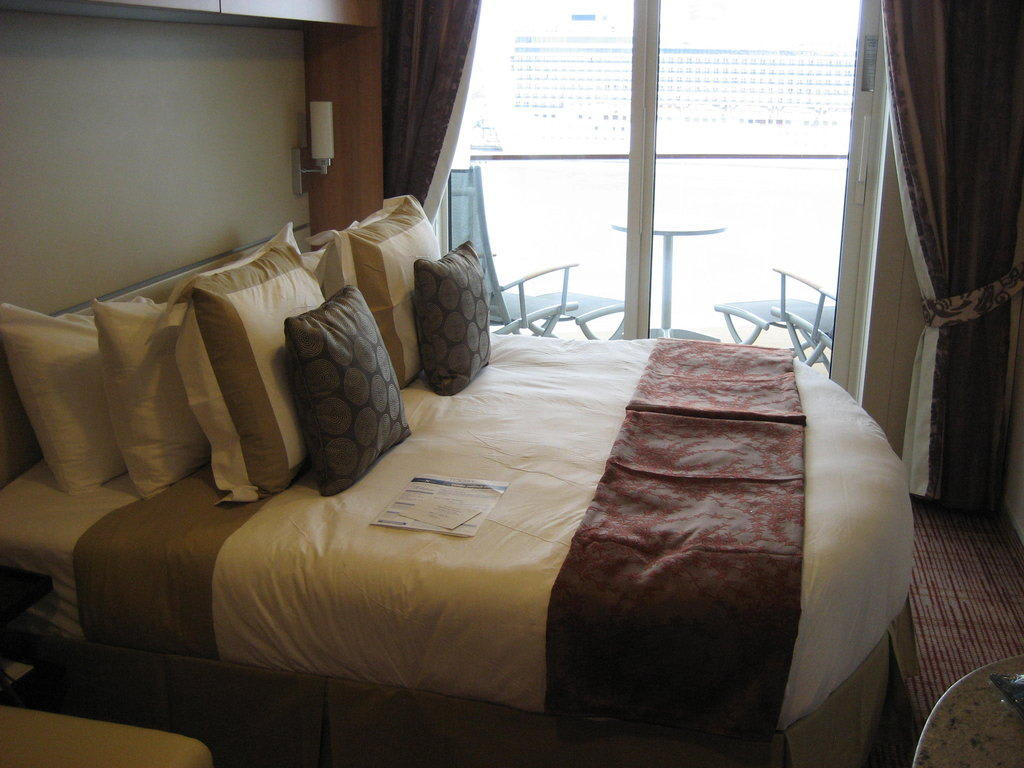 bild king size bett zu celebrity solstice in. Black Bedroom Furniture Sets. Home Design Ideas