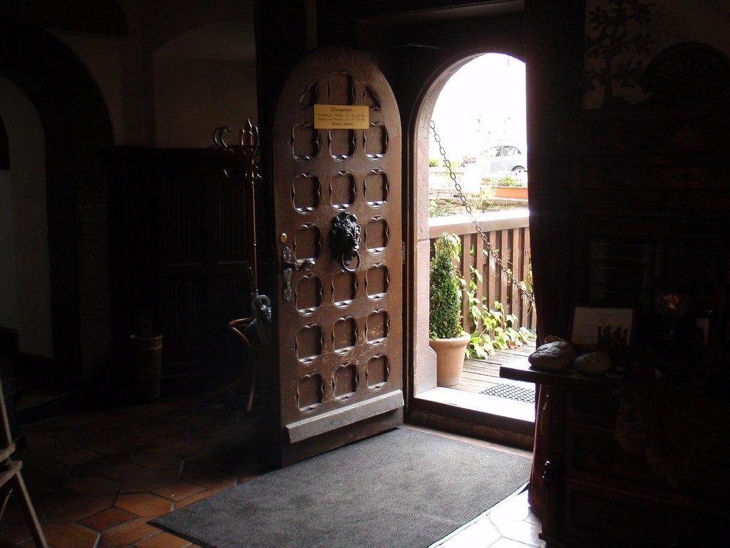 bild alte t r zum restauranteingang zu hotel schloss saaleck in hammelburg. Black Bedroom Furniture Sets. Home Design Ideas
