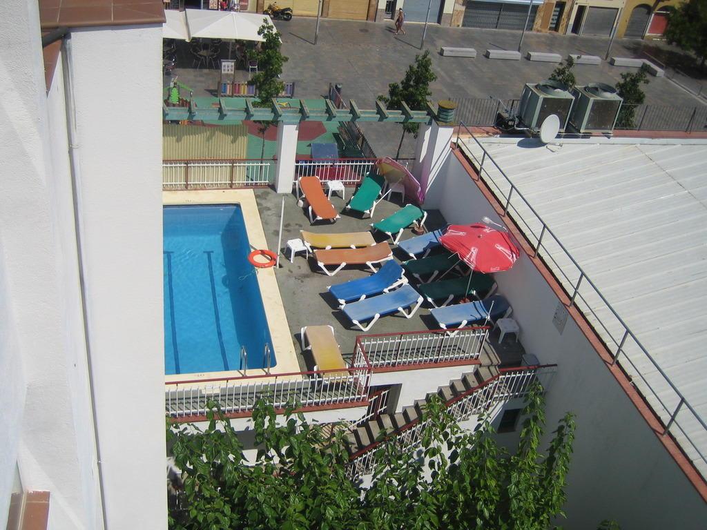 bild sicht auf den pool vom dach des hotels zu hotel armonia in lloret de mar. Black Bedroom Furniture Sets. Home Design Ideas