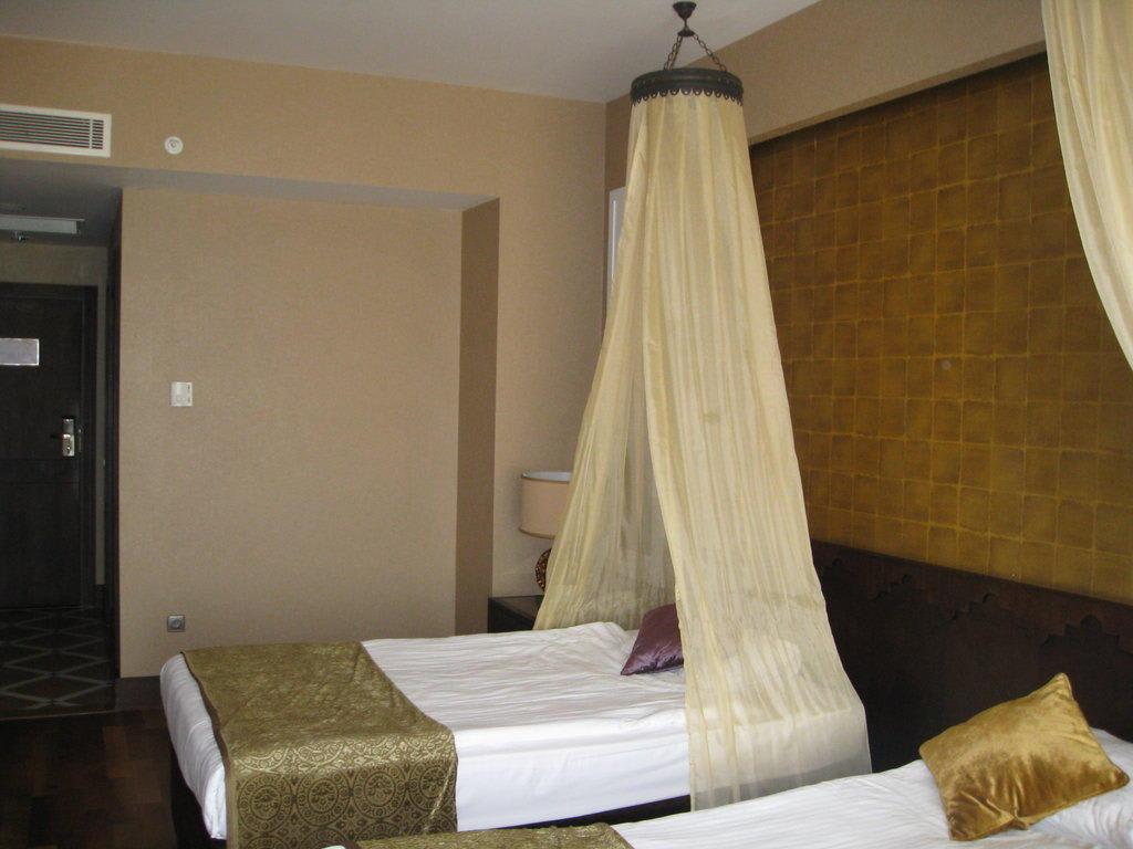 bild bett mit orientalischen himmel zu spice hotel spa. Black Bedroom Furniture Sets. Home Design Ideas