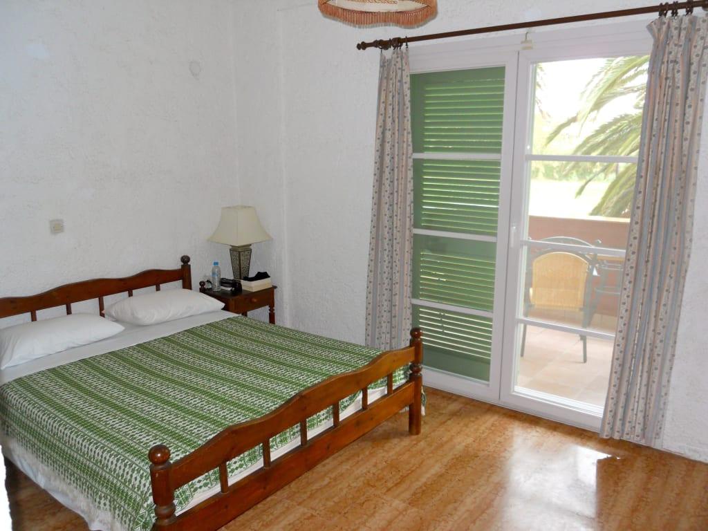bild schlafbereich bett breit zu hotel st george 39 s bay country club in acharavi. Black Bedroom Furniture Sets. Home Design Ideas