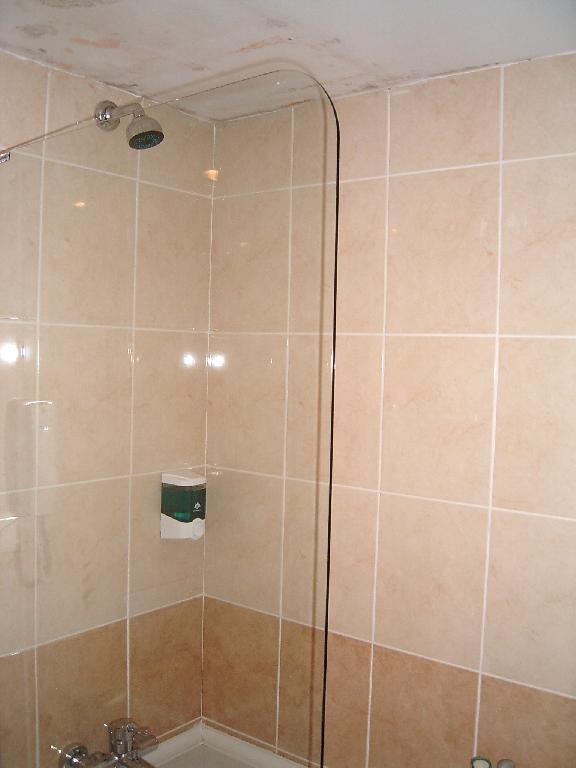 Bild badezimmer mit wasserflecken an der decke zu hotel primasol hane family resort in evrenseki - Decke badezimmer ...