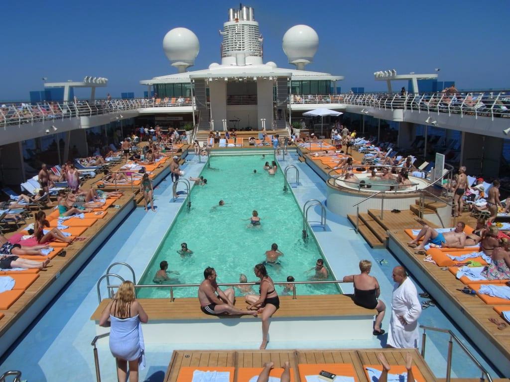 Großer Pool bild großer pool auf deck 12 am seetag zu mein schiff 3 in
