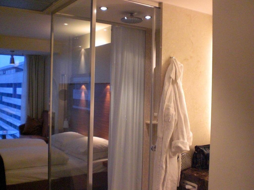 """Hotel Wien Dusche Im Zimmer : Bild """"Die Dusche im Zimmer"""" zu Pullman Dresden Newa in Dresden"""