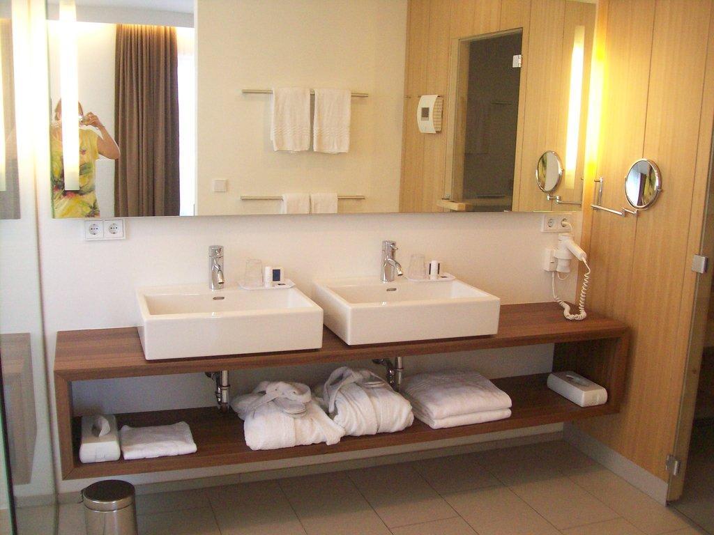 bild doppelwaschbecken zu hotel christkindlwirt in steyr. Black Bedroom Furniture Sets. Home Design Ideas