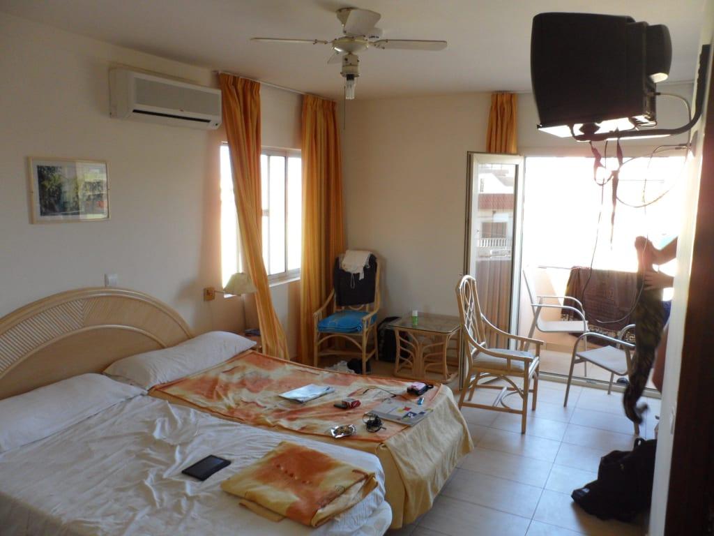 bild sch ne zimmer mit balkon klima und ventilator zu hotel pousada da boavista in sal rei. Black Bedroom Furniture Sets. Home Design Ideas