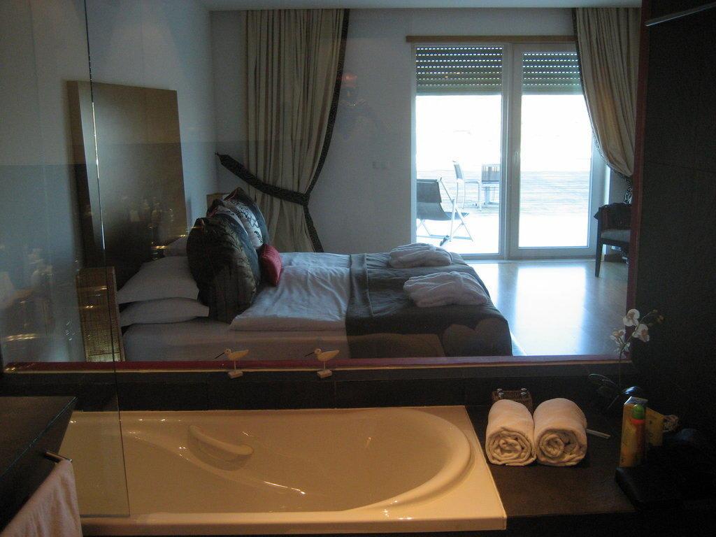 Bild blick vom badezimmer ins schlafzimmer zu vila for Hotel badezimmer design