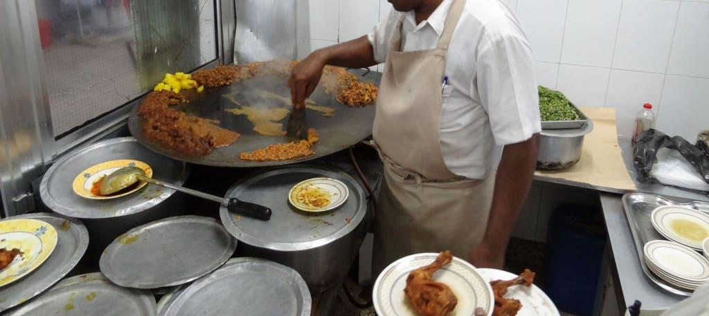 Bild der koch bei der arbeit zu weihrauch souk in salalah for Arbeit als koch