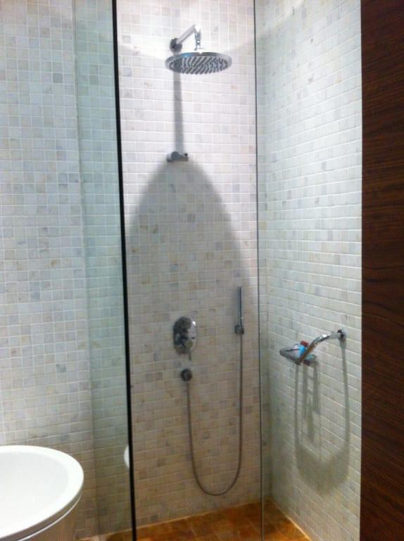 bild rainshower dusche zu the landmark hotel baku in baku. Black Bedroom Furniture Sets. Home Design Ideas