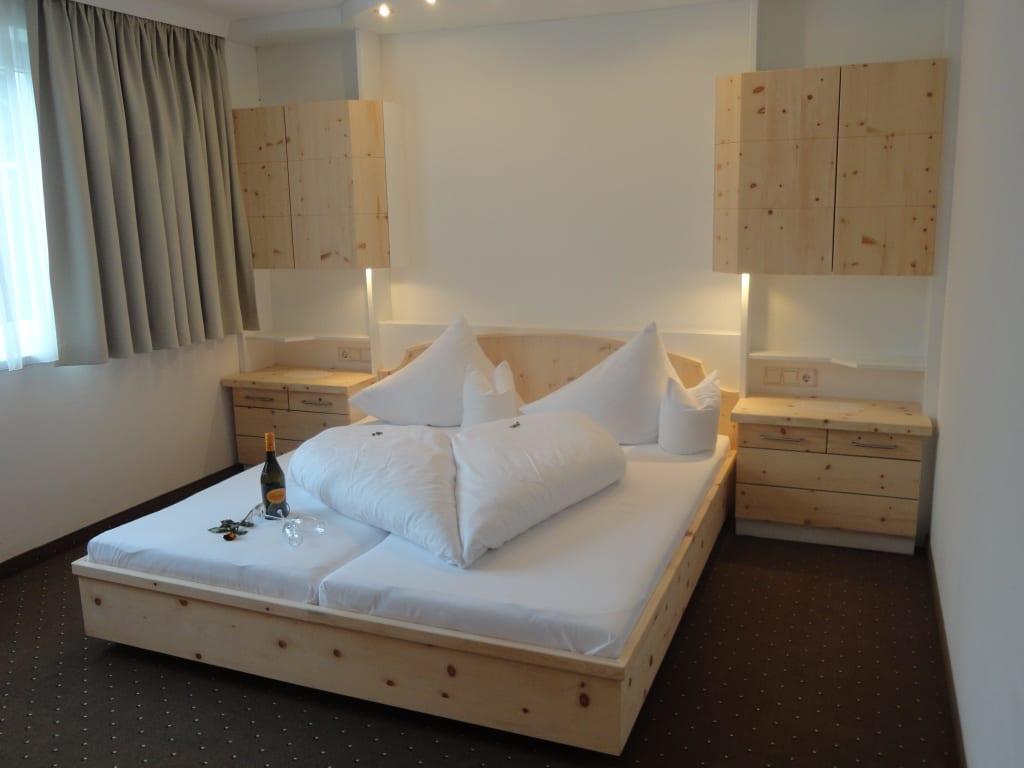 bild sch nes schlafzimmer in zirbe natur appartement a. Black Bedroom Furniture Sets. Home Design Ideas