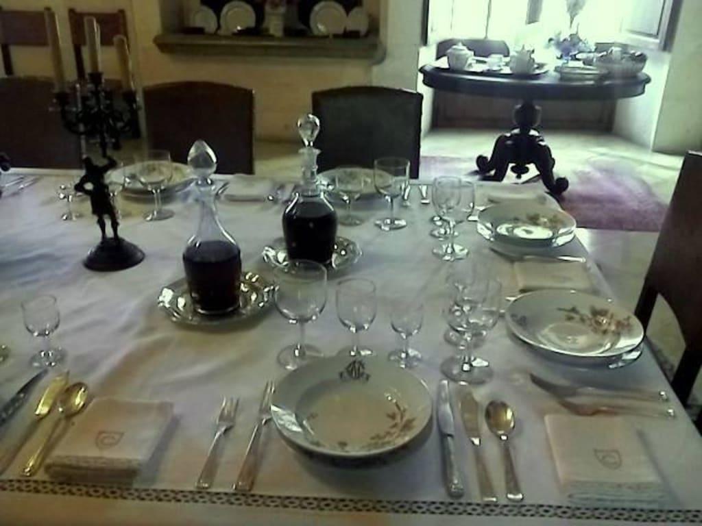 bild ein sch n gedeckter tisch mit edlem porzellan zu herrenhaus els calderers in vilafranca. Black Bedroom Furniture Sets. Home Design Ideas