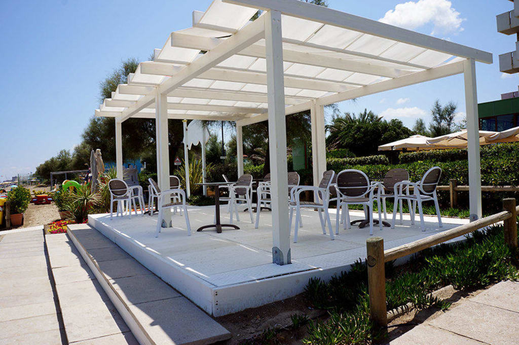 bilder marotta sch ne gedeckte terrasse in marken italien. Black Bedroom Furniture Sets. Home Design Ideas