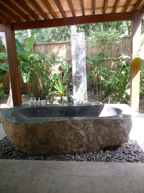 Bild badewanne und dusche im eigenen garten zu hotel an lam ninh van bay in nha trang - Badewanne im garten ...