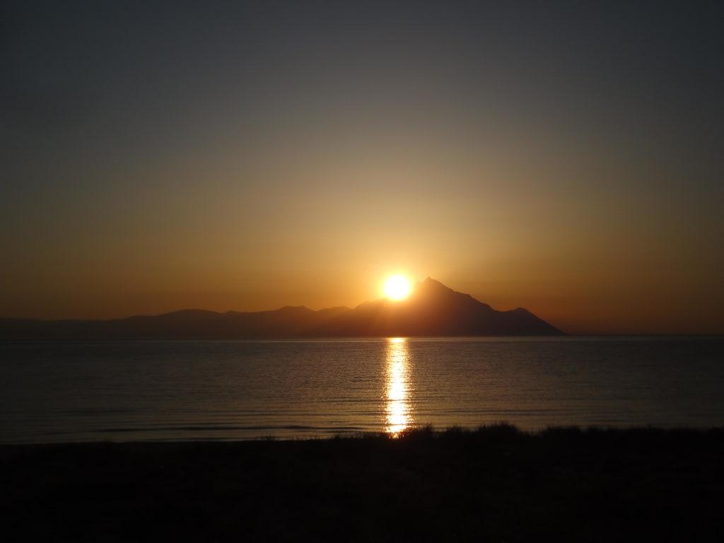 Bild sonnenaufgang ber dem berg athos zu strand sarti for Zimmergestaltung app
