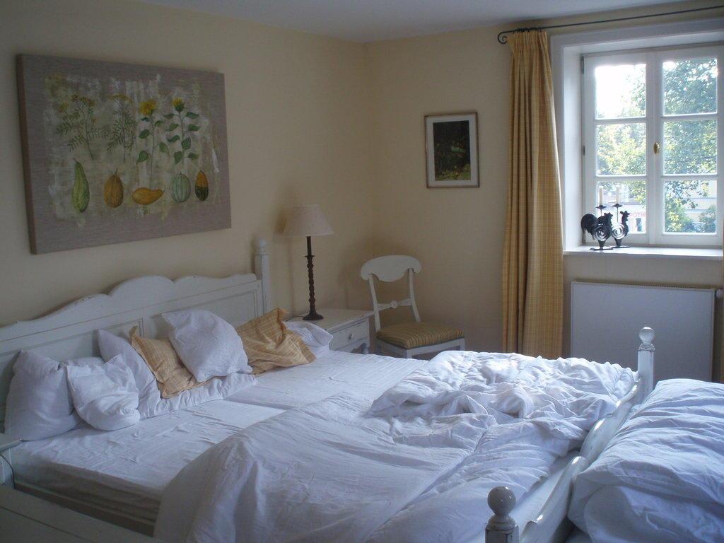 bild schlafzimmer zu romantik hotel am br hl in quedlinburg. Black Bedroom Furniture Sets. Home Design Ideas