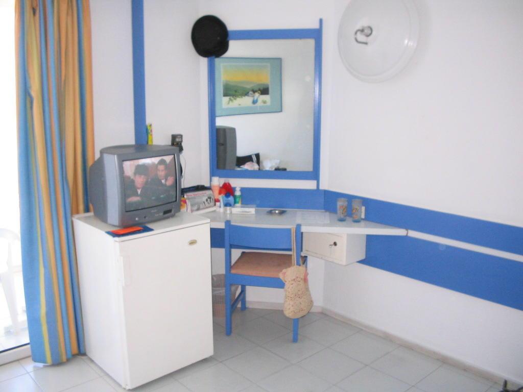 Bild fernseh ecke und schminktisch in zimmer 120 zu hotel rhodos beach in rhodos stadt - Fernseh zimmer ...