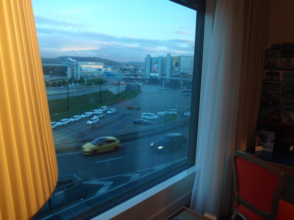 bild schallschutz fenster zu hotel radisson blu z rich airport in z rich. Black Bedroom Furniture Sets. Home Design Ideas