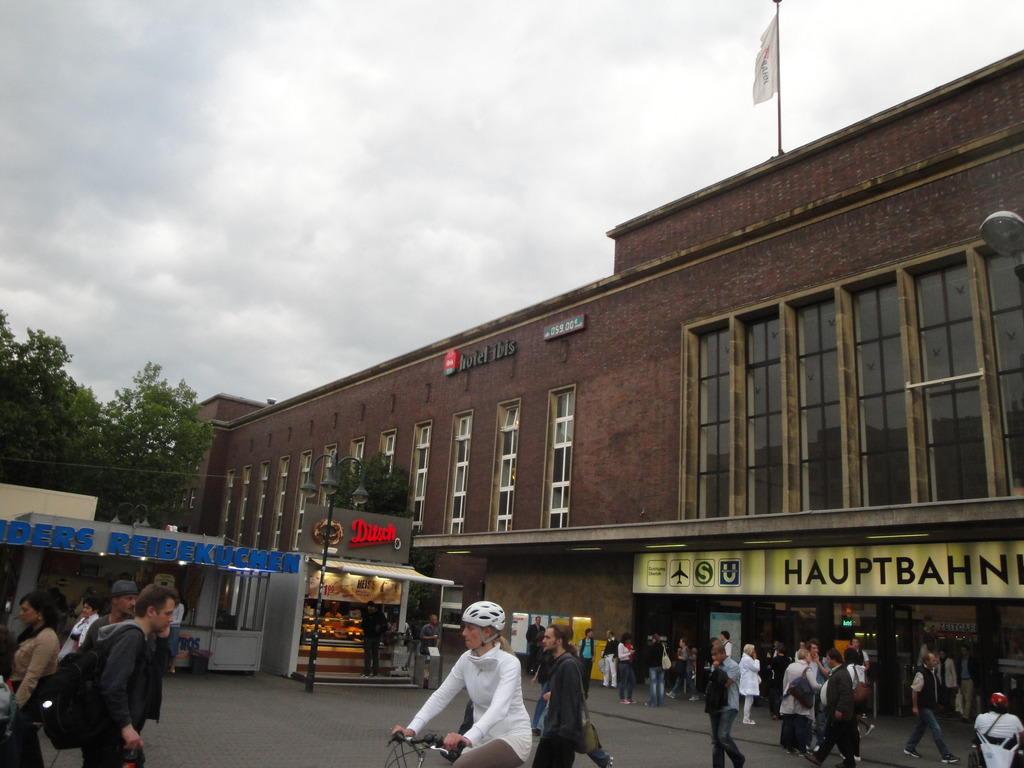 bild hotel befindet sich im bahnhofsgeb ude zu hotel ibis d sseldorf hauptbahnhof in d sseldorf. Black Bedroom Furniture Sets. Home Design Ideas