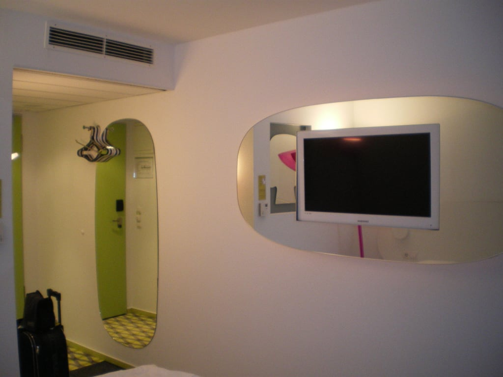 bild tv im spiegel eingebaut zu prizeotel bremen city in. Black Bedroom Furniture Sets. Home Design Ideas