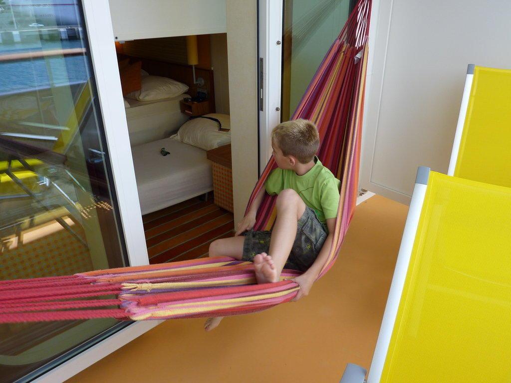 h ngematte auf dem balkon bild aidaluna. Black Bedroom Furniture Sets. Home Design Ideas