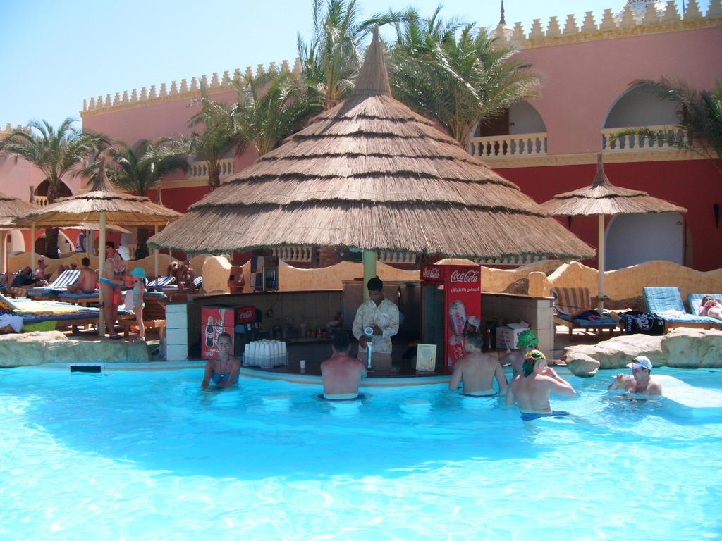 bild poolbar zu hotel fantasia 1001 nacht alf leila wa leila in hurghada. Black Bedroom Furniture Sets. Home Design Ideas