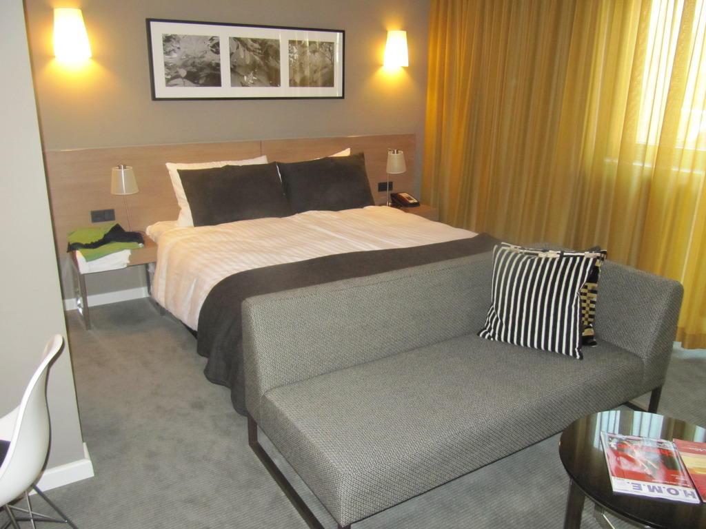 Bild bett und sitzgruppe zu adina apartment hotel for Appart hotel hambourg