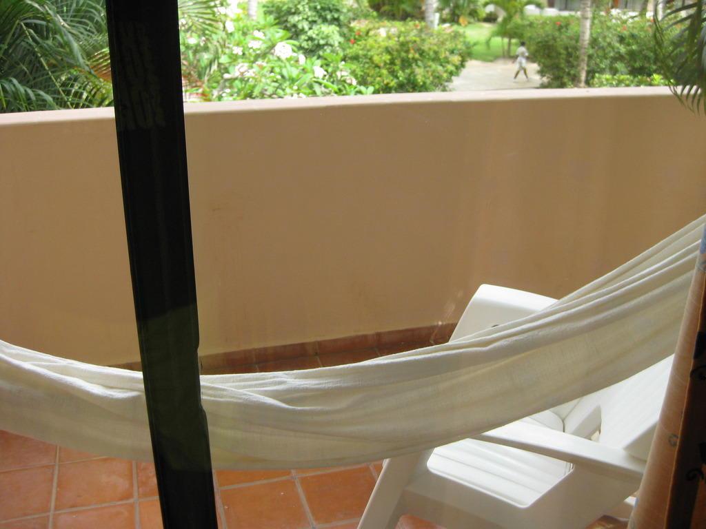 bild balkon mit h ngematte zu catalonia bavaro resort in. Black Bedroom Furniture Sets. Home Design Ideas