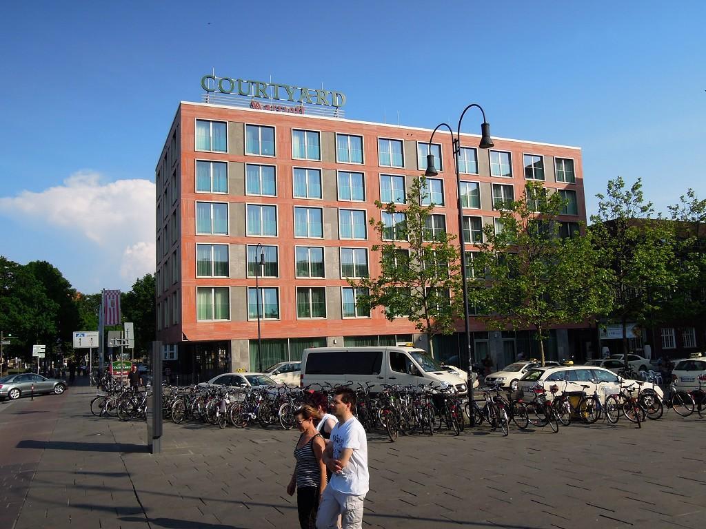 bild neubau mit bahnhofsvorplatz zu hotel courtyard by marriott bremen in bremen. Black Bedroom Furniture Sets. Home Design Ideas