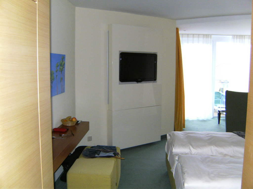 bild fernsehwand zu parkhotel flora in schluchsee. Black Bedroom Furniture Sets. Home Design Ideas