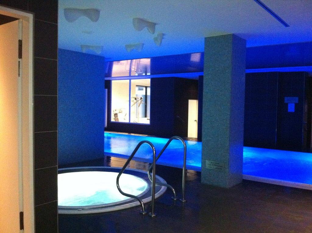 Bild whirlpool zu adina apartment hotel hamburg michel for Appart hotel hambourg