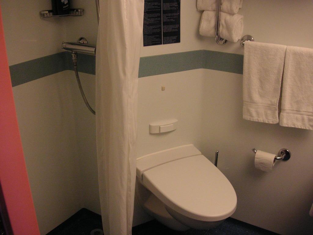 bild badezimmer zu costa concordia havariert in. Black Bedroom Furniture Sets. Home Design Ideas